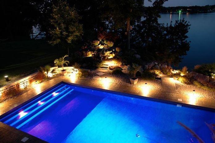 Piscine et terrasse éclairées de nuit