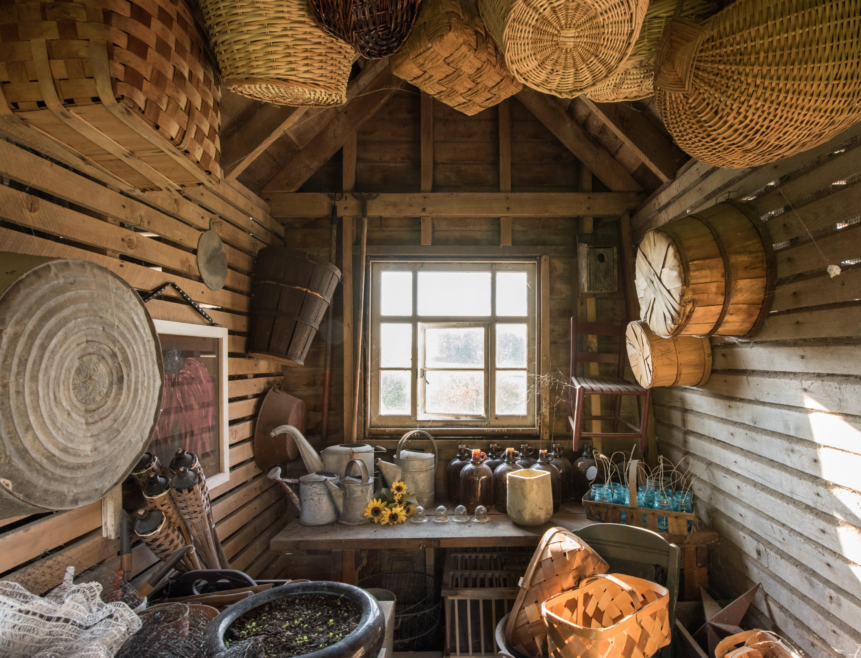 Intérieur d'un abri de jardin en bois