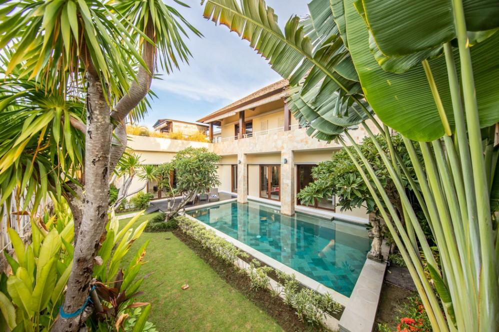 Jardin luxuriant dans une villa de luxe du sud de la France
