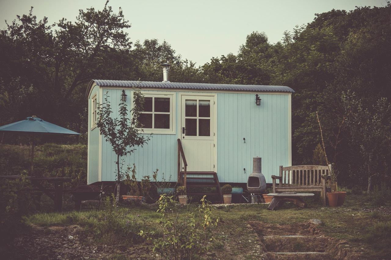 abri de jardin peint en bleu pastel