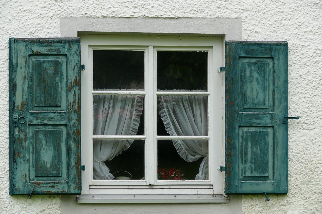 petite fenêtre avec des volets bleu